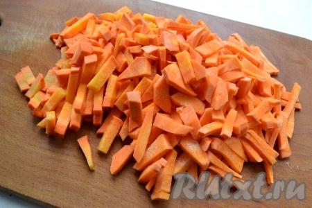 Морковь порезать длинными кусочками или натереть на крупной терке.