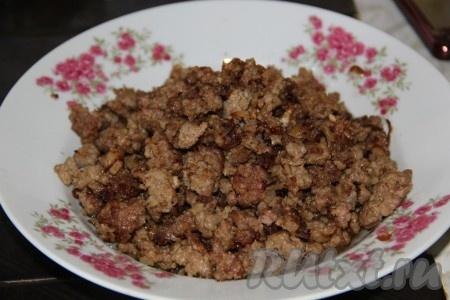 Фарш солим, перчим и мясная начинка для картофельных котлет готова.