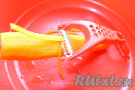 Морковь натереть длинной тонкой соломкой.