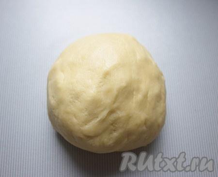 Тесто завернуть в полиэтиленовый пакет и убрать в холодильник на 30 минут. А пока разогреть духовку до 200 градусов.