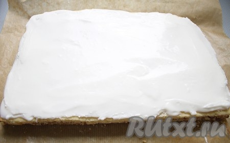 Верхний корж равномерно покрыть помадкой и дать ей хорошенько подсохнуть.