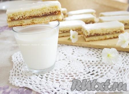 """Пирожные """"Песочные полоски"""" очень вкусно подать с холодным молоком, чаем, кофе или какао."""