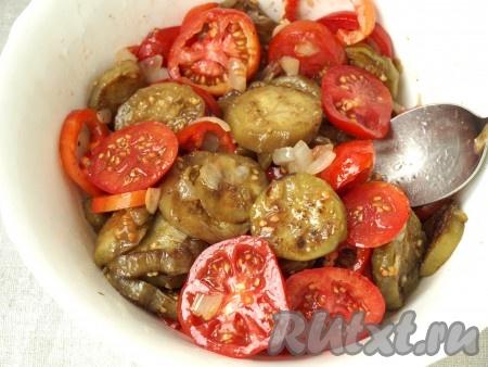 Сложить в салатник обжаренные баклажаны с луком, добавить помидоры. Болгарский перец также нарезать колечками и добавить в салат. Салат поперчить и сбрызнуть лимонным соком. Перемешать.