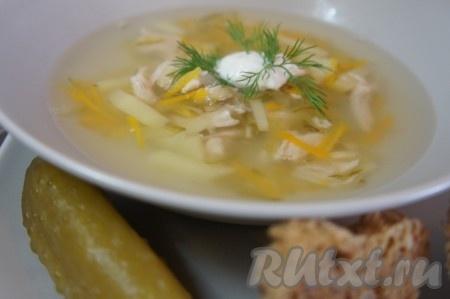 Выключить суп и накрыть крышкой. Дать настояться 10-15 минут и подать с зеленью и сметаной. Этот диетический рецепт рассольника с перловкой и курицей непременно разнообразит Ваше меню и подарит прекрасные вкусовые ощущения.