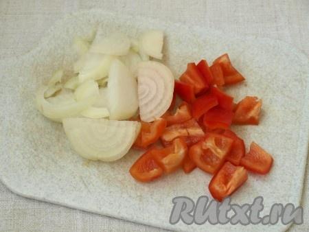 Нарезать один перец крупными кубиками, а одну луковицу - полукольцами.