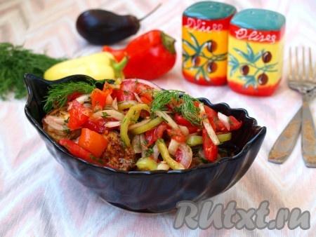 При подаче необыкновенно вкусныйсалат из баклажанов, перца, помидоров и лука посыпать зеленью.