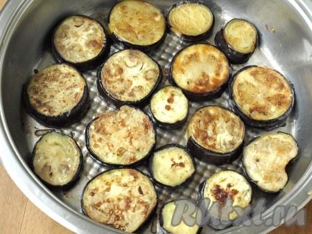 Спустя время обжарить баклажаны на подсолнечном масле с двух сторон до румяной корочки.