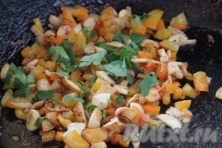 Поджаренные овощи посолить, поперчить и смешать с измельченной зеленью.
