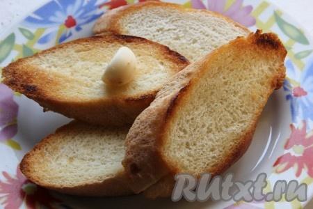 Багет нарезать на средней толщины ломтики. Обжарить с двух сторон на оливковом масле. Обжаренный хлеб натереть обильно чесноком.