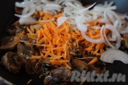 Слегка обжарить грибы, морковь и лук с добавлением оливкового масла.