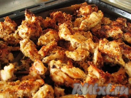 Аппетитные кусочки хрустящей курочки в ореховой панировке готовы!