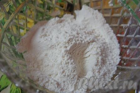 В отдельной посуде смешать муку предварительно просеять через сито), разрыхлитель, соду, ванилин. Перемешать. Добавить к творожной массе.