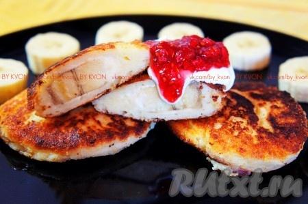 Наши вкусные сырники с бананом и творогом, приготовленные по этому несложному, но очень удачному рецепту, готовы! Подавать их следует горячими со сметаной, вареньем и фруктами.
