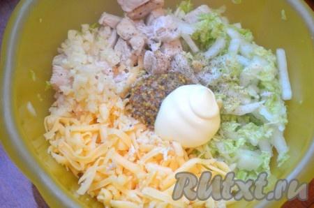 В миску сложить китайскую капусту, куриное мясо, сыр, измельченный чеснок, салат посолить, поперчить, добавить горчицу, майонез сметану), перемешать.