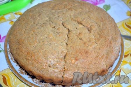 Готовый пирогнемного остудить, достать из формы, посыпать сахарной пудрой.