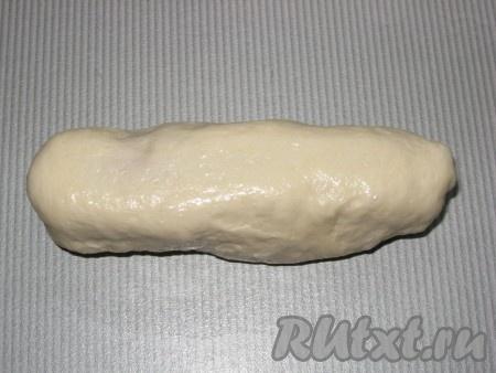 Соединить края теста, залепить, сформировав продолговатый пирожок.