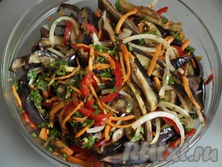 К смеси из овощей добавляем обжаренные баклажаны, винный уксус. Хорошо перемешиваем и убираем в холодильник не менее чем на 12 часов для настаивания (но через сутки салат становится ещё вкуснее).