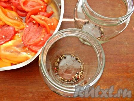 В стерилизованные сухие банки насыпать смесь перцев, душистый перец и кориандр.