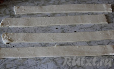 Тесто раскатать и нарезать полосками 15 см * 2 см.