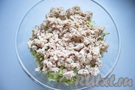 Печень размять вилкой и добавить к остальным ингредиентам.