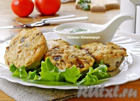 Вкусные куриные маффины с грибами готовы, а соус из айрана станет прекрасным дополнением.