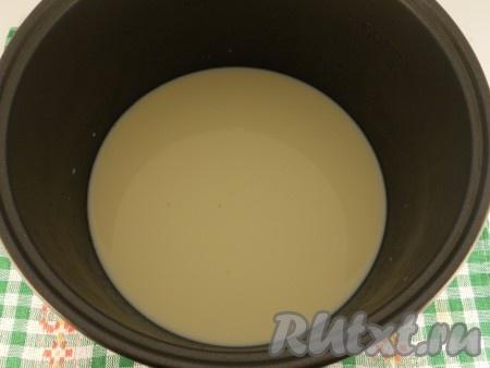 """Молоко влить в чашу мультиварки. Выставить режим """"Каша молочная"""" на 15 минут."""