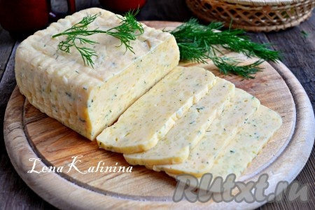 Дать остыть и убрать в холодильник, застелив сверху пергаментом и поместив небольшой груз на 12 часов. Спустя это время, вкуснейший, твердый домашний сыр, приготовленный в мультиварке, можно порезать ломтиками и наслаждаться!