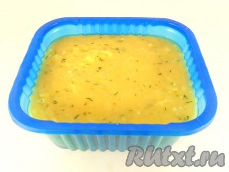 Сразу же переложить сырную массу в форму, смазанную сливочным маслом или застеленную пергаментной бумагой. Разровнять.