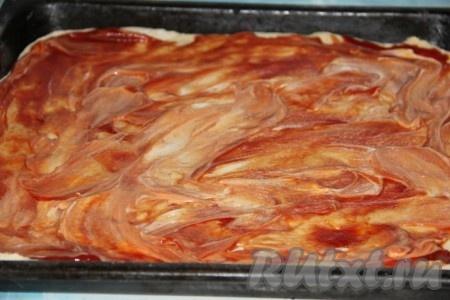 Смазать тесто для пиццы кетчупом и майонезом