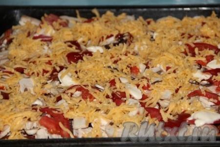Выкладываем слоями мясо, грибы, помидоры, тертый сыр