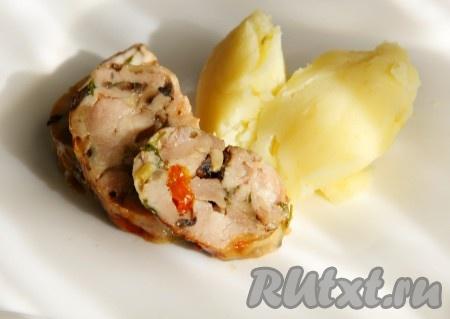 При подаче аппетитные, вкусные фаршированные куриные ножки порезать на порционные кусочки и подать с гарниром.