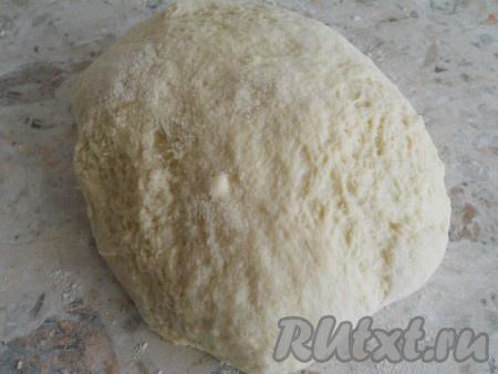 Замесить не крутое тесто, оно будет немножко липким.
