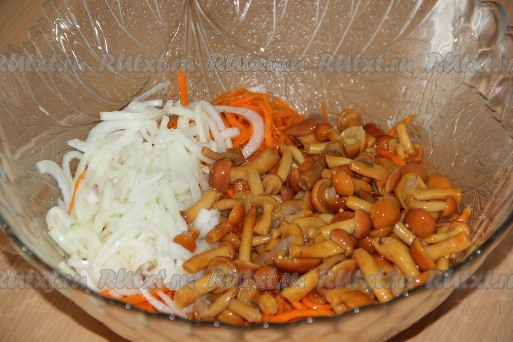 Салат с опятами и корейской морковкой