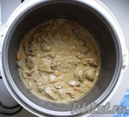"""По истечении времени приготовления добавить соус, хорошенько перемешать и оставить в мультиварке на режиме """"Подогрев"""" минут на 5-10."""