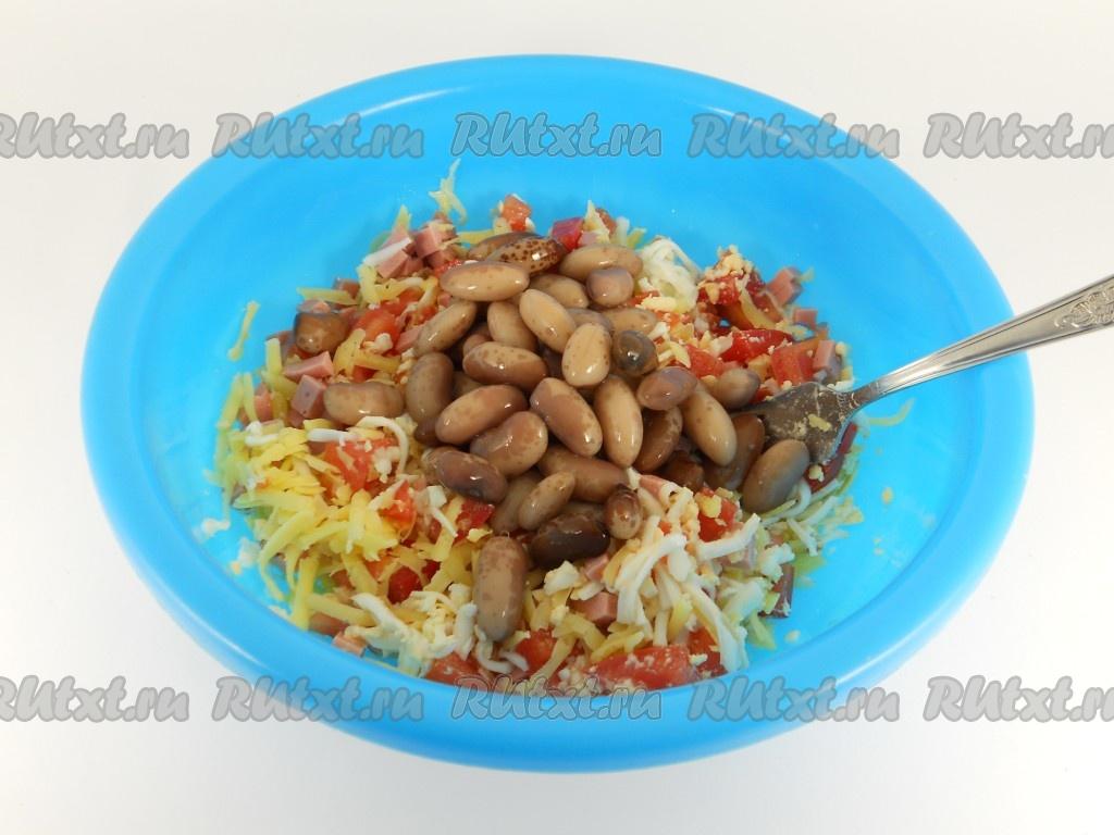 Салат с фасолью и картофелем и соленым