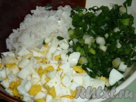 Для приготовления начинки рис промываем и отвариваем в подсоленной воде до готовности. Яйца, сваренные вкрутую, чистим и режем мелкими кубиками. Смешиваем рис, яйца и мелко порезанный зелёный лук. К полученной массе добавляем размягчённое при комнатной температуре сливочное масло, солим и перчим по вкусу. Начинка для наших пирожков готова.