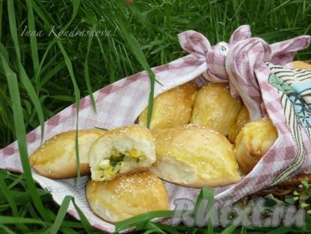Пирожки с рисом, луком и яйцом, приготовленные в духовке, получаются очень вкусными.