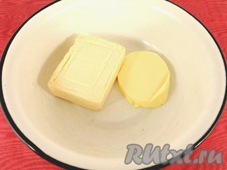 В миску поместить плавленный сырок и размягченное сливочное масло.
