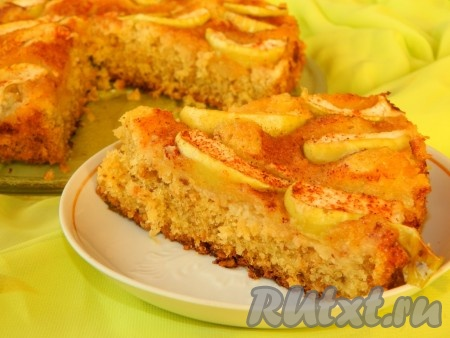 Вкусный, нежный яблочный пирог с овсяными хлопьями готов.