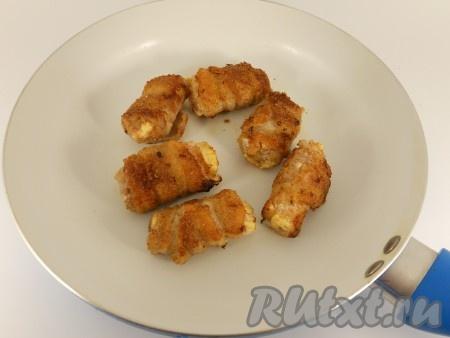Обжарить рулеты из свиной грудинки на сковороде с разогретым растительным маслом до готовности минут 5-7), переворачивая каждый рулетик на другую сторону через каждую пару минут.