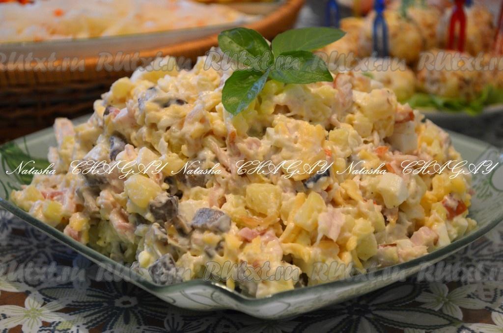 Оливье с копченой курицей и сыром