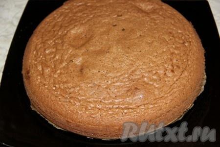 Вынимаем корж для торта