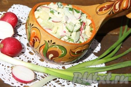 Перед подачей на стол картофельный салат с огурцами и редисом заправить по вашему желанию можно заправить оливковым маслом, или сметаной, или майонезом). Блюдо готовится очень просто, а получается вкусным и полезным.