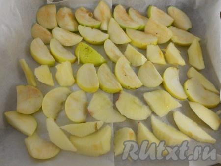 Из яблок удалить сердцевину и порезать дольками, выложить одним слоем на противень, застеленный пергаментом. Сбрызнуть лимонным соком.