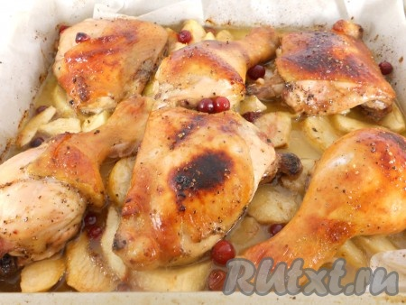 Запекать окорочка с яблоками в предварительно разогретой до 180-190 градусов духовке 40-50 минут до красивой румяной корочки. Готовность можно проверить, проткнув мясо курицы. Если выделяется прозрачный сок - готово.