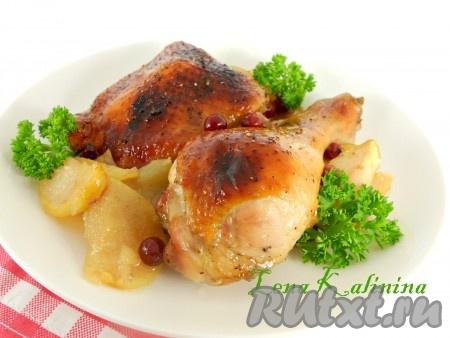 Необычайно вкусные, ароматные окорочка,запеченные в духовке с яблоками, подать к столу, украсив зеленью.