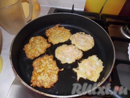 Разогреть растительное масло на сковороде и выкладывать полученную смесь столовой ложкой в сковороду, как догадались, жарить драники из тыквы нужно с двух сторон!
