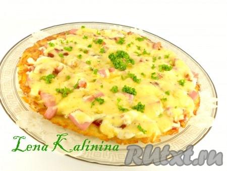 Накрыть сковороду крышкой, огонь увеличить до среднего. Готовить картофельную пиццу еще 5-6 минут до расплавления сыра.