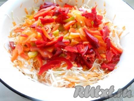 Перец болгарский сладкий очистить от семян и порезать тонкой соломкой. Добавить к капусте.