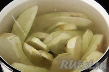 Затем залить водой из расчета на 4 литра воды три столовые ложки соли. Варить 5-7 минут.